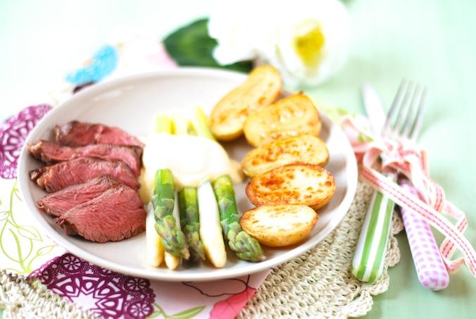 Chřest s holandskou omáčkou, steakem a opékanými bramborami