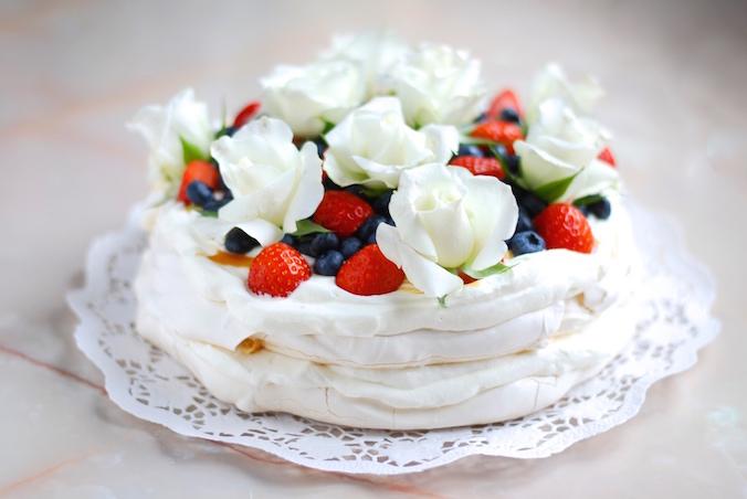 Jednoduchý dort Pavlova s ovocem a jedlými květy