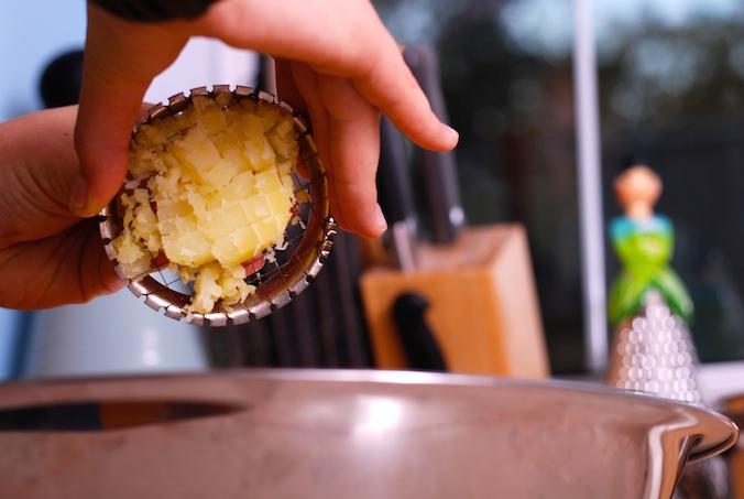 krájení brambor na salát