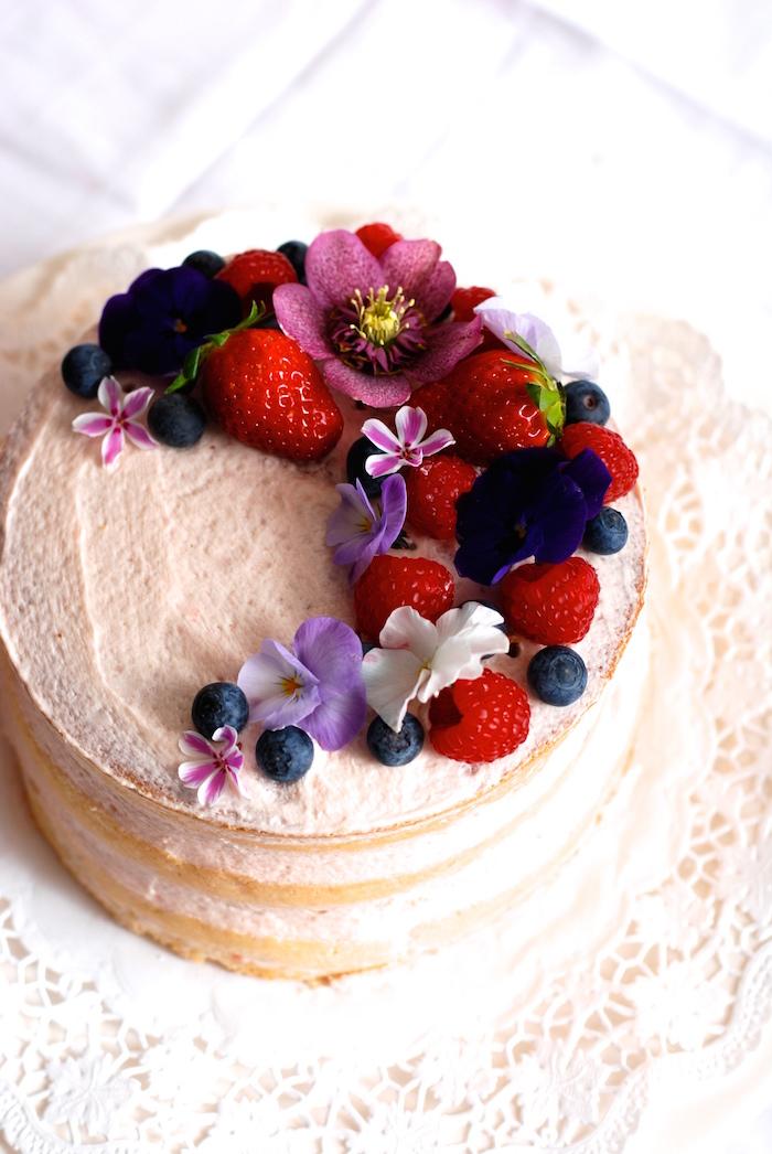 naked cake s květinami a ovocem