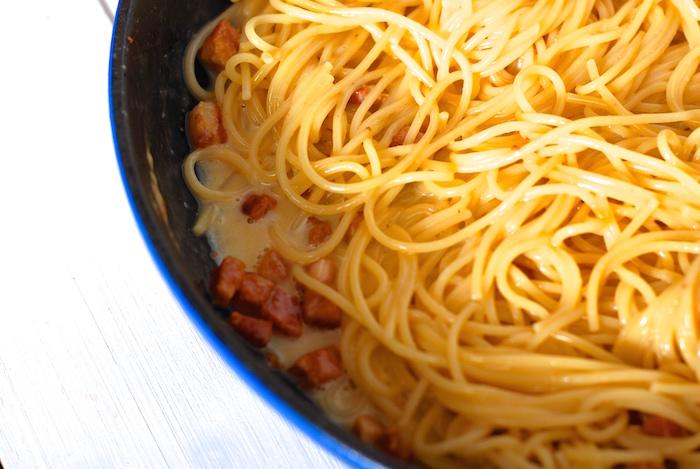 špagety carbonara v pánvi