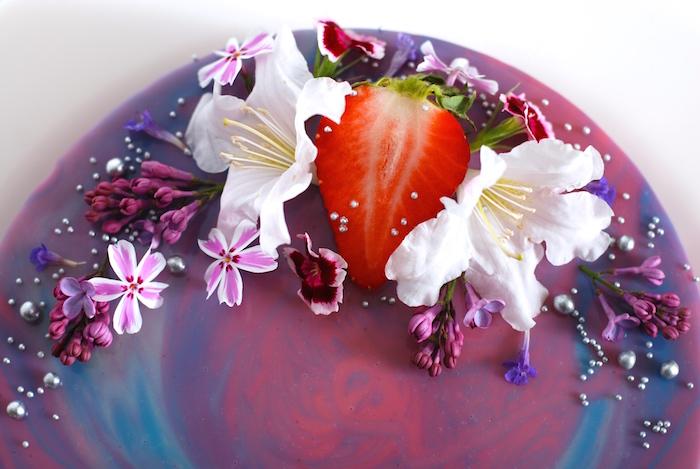 jedlé květy na zrcadlové polevě