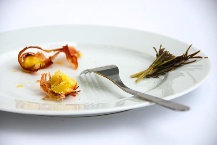 zbytky brambor na talíři
