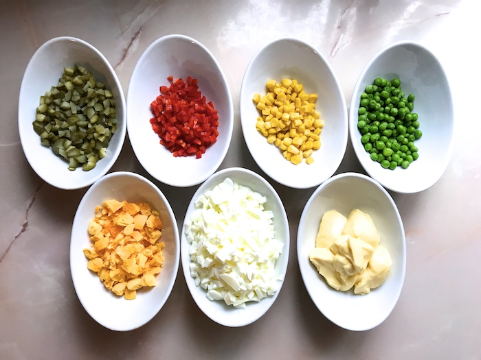 vaječná tlačenka suroviny nakrájená zelenina