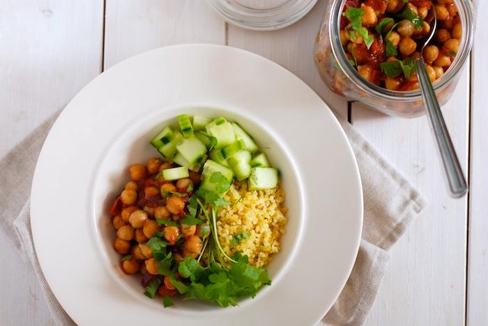 cizrnový salát s bulgurem a okurkou
