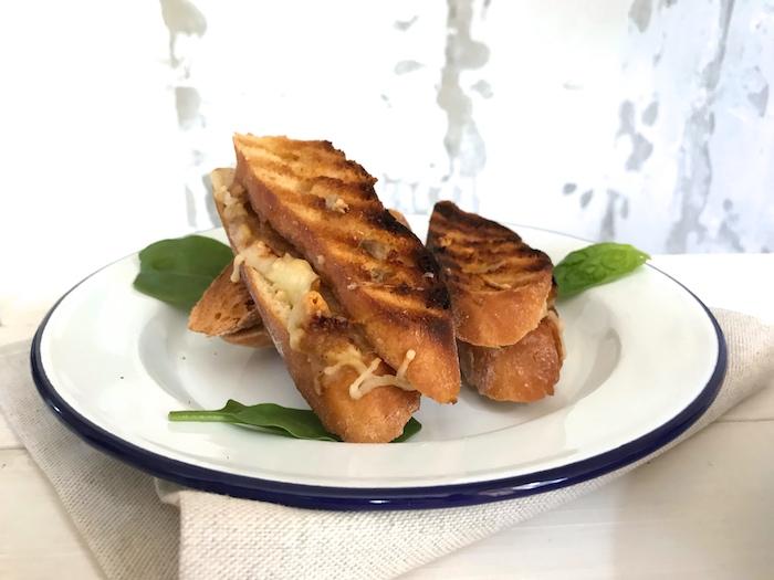 grilovaný sýrový sendvič s karamelizovanou cibulí