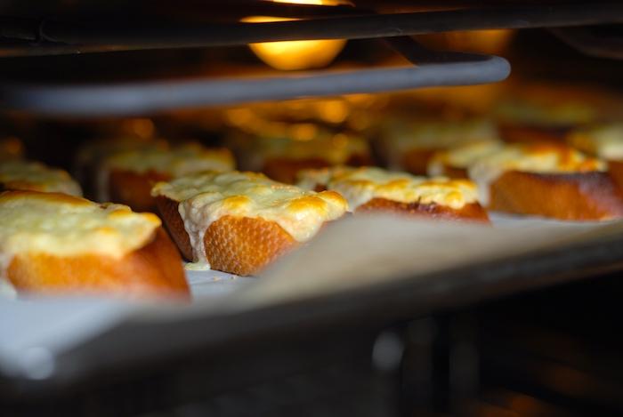 pečení krutonů se sýrem
