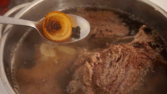 přidání cibule a pepře do vývaru