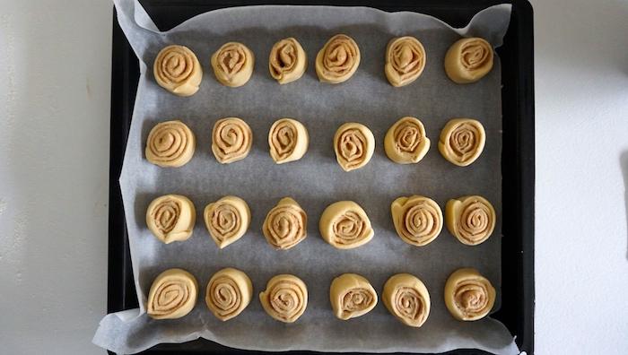 skořicové šneky připravené na plechu ke kynutí