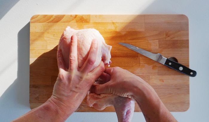 jak naporcovat kuře 4 vypáčení stehna