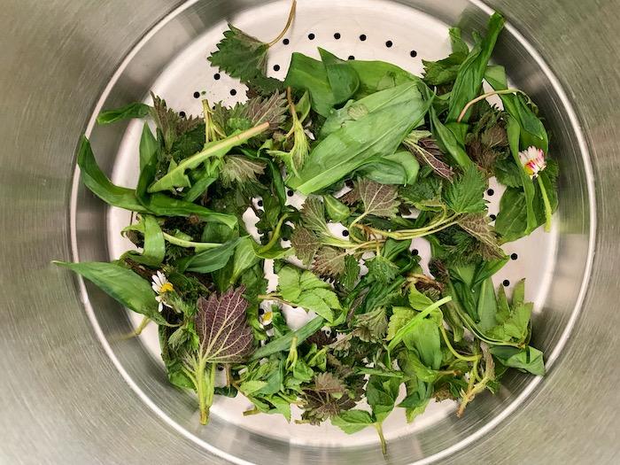 vaření bylinek v páře