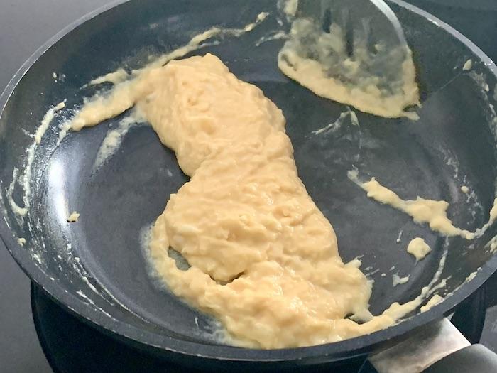 míchaná vajíčka hotová v pánvi