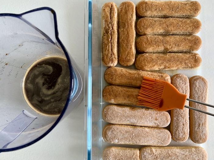 namáčení piškotů do kávy