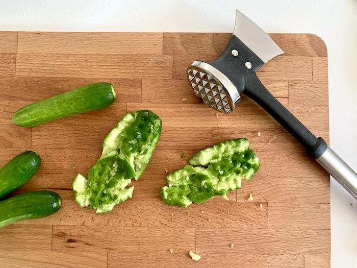 drcení okurek do salátu