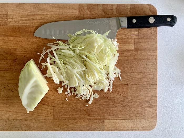 krájení zelí na coleslaw